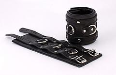 Наручники широкие подвернутые, застежка: 2 ремешка с пряжками с 3 сварн D-кольцами